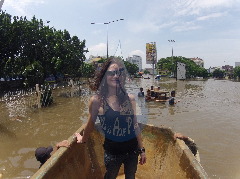 Obliger de prendre un bateau sans moteur, sans voile, sans pagaie, mais poussé par de très gentils Indonésiens